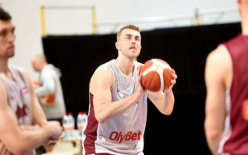 Mārtiņš Meiers (ar bumbu) vienā no Latvijas izlases treniņiem.
