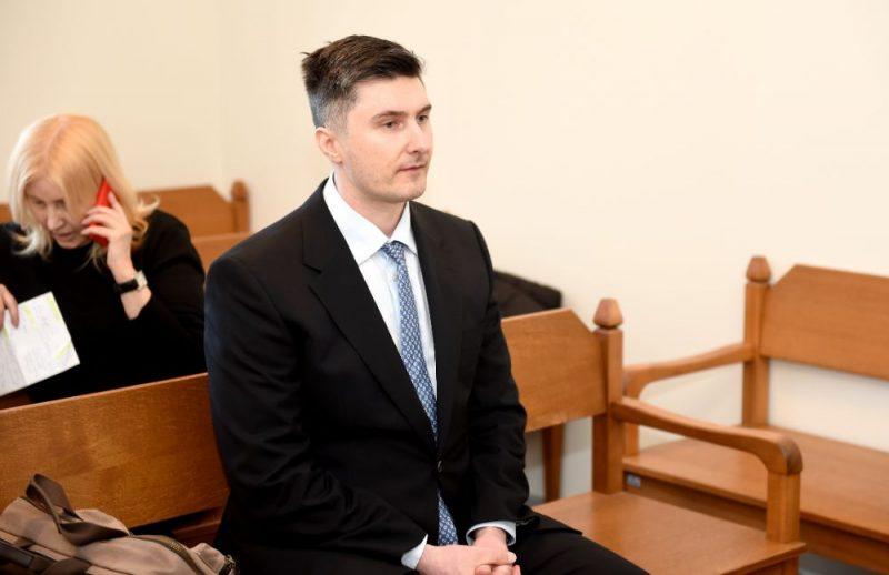 Apsūdzētais Romāns Siņicins pirms tiesas sēdes Rīgas apgabaltiesā, kur izskatīs krimināllietu, kurā viņš apsūdzēts par pusaudža vecumā 1994.gadā pastrādātām veikalu apzagšanām, 24.02.2020.