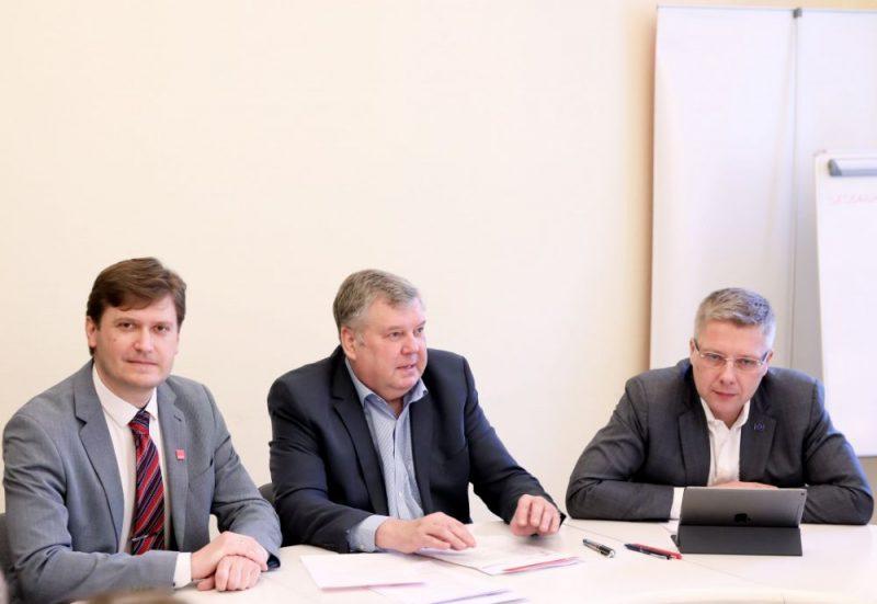 """Partijas """"Saskaņa"""" Rīgas domes priekšsēdētāja amata kandidāts Konstantīns Čekušins (no kreisās), """"Saskaņa"""" valdes priekšsēdētājs Jānis Urbanovičs un Eiropas Parlamenta deputāts Nils Ušakovs piedalās pasākumā, kurā tiek prezentēts partijas """"Saskaņa"""" Rīgas pašvaldību vēlēšanu saraksta melnraksts."""