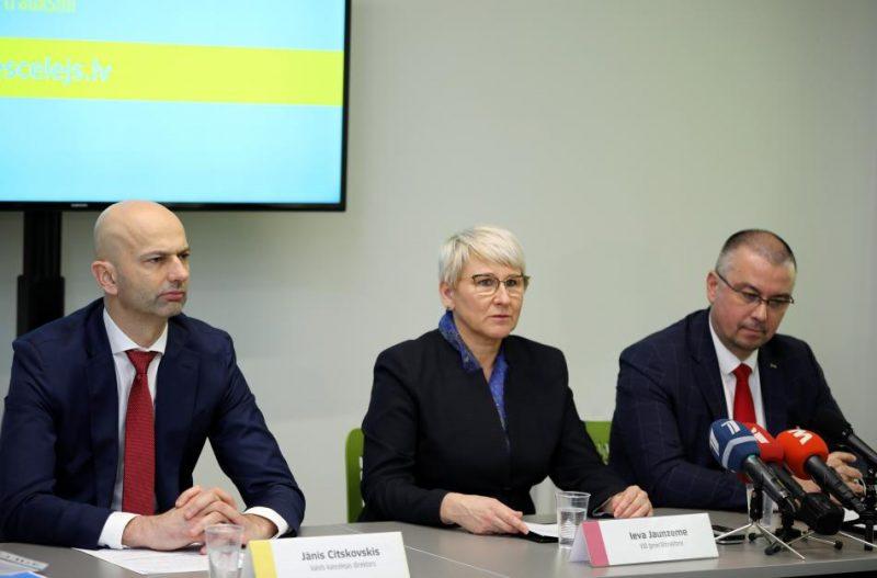 Valsts kancelejas direktors Jānis Citskovskis (no kreisās), Valsts ieņēmumu dienesta ģenerāldirektore Ieva Jaunzeme un Korupcijas novēršanas un apkarošanas biroja priekšnieks Jēkabs Straume piedalās preses konferencē par Trauksmes celšanas likuma pirmā darbības gada rezultātiem.