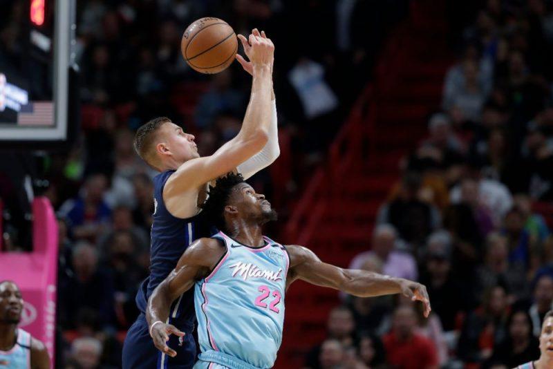 """Kristaps Porziņģis cīnās par bumbu ar Maiami """"Heat"""" spēlētāju Džimiju Batleru."""
