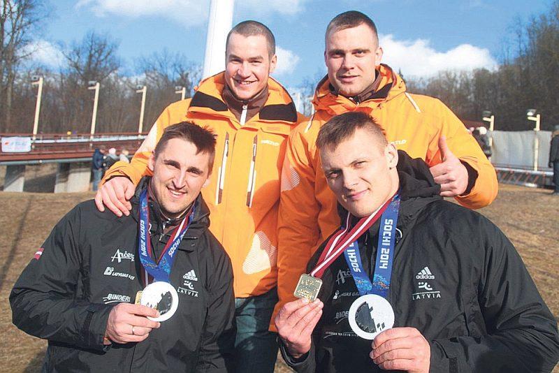 Pēdējo reizi publicējam foto, kurā Oskars Melbārdis (pirmajā rindā no kreisās), Daumants Dreiškens, Arvis Vilkaste un Jānis Strenga priecājas par olimpiskajām sudraba medaļām. Nākamajā bildē viņiem jau būs olimpisko čempionu zelts.