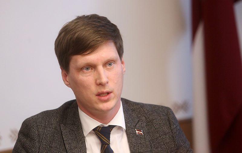 Ekonomikas ministrs Ralfs Nemiro vakar paziņoja, ka par iespējamiem OIK atbalsta uzraudzības pārkāpumiem rosinās disciplinārlietu pret bijušo valsts sekretāru Ēriku Eglīti, kā arī vērsīsies tiesībsargājošās iestādēs par iespējamu nolaidību.
