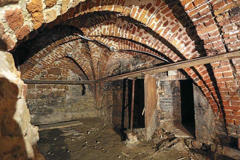 Izpētes darbu laikā velvētajos Rīgas pils pagrabos nojauktas dažādos laikos sabūvētās starpsienas, un tie pēc gadsimtiem atkal paveras visā apjomā.