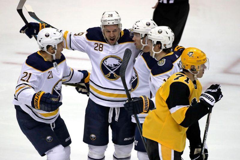 Zemgus Girgensons (centrā) svin savus ātrākos vārtus NHL karjerā.