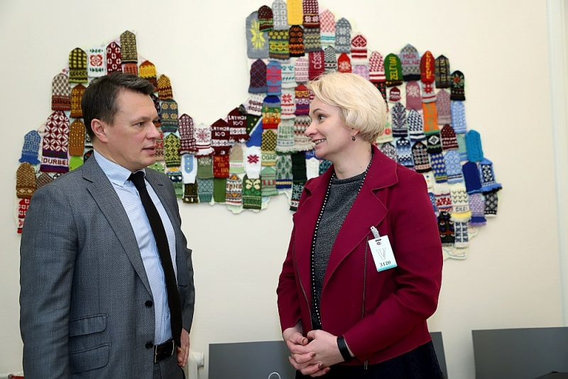 Bērnu klīniskās universitātes slimnīcas padomes locekle Zane Kotāne un slimnīcas valdes priekšsēdētājs Valts Ābols vakar Saeimā piedalījās arī Saeimas Sociālo un darba lietu komisijas sēdē.