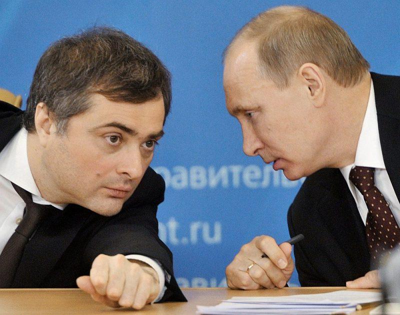 Vladislavs Surkovs (no kreisās) septiņus gadus ieņēma dažādus amatus Krievijas prezidenta Vladimira Putina administrācijā, taču neesot piemērojies Kremļa taktikas maiņai Ukrainā.