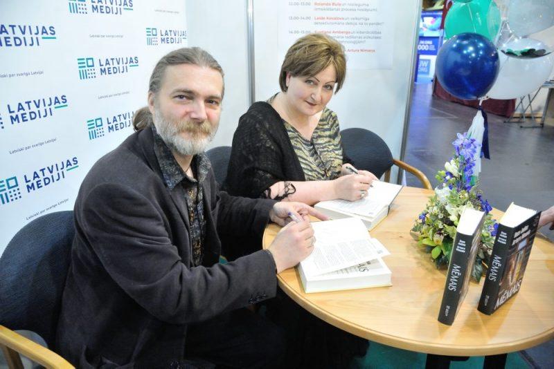 """Daces Judinas-Nīmanes un Artura Nīmaņa grāmatas """"Mēmais"""" atvēršanas svētki."""