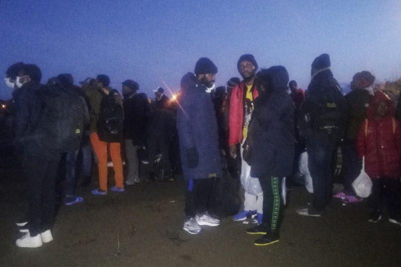 """Turcijā pēc """"robežas vārtu atvēršanas"""" simtiem bēgļu dodas Eiropas virzienā."""