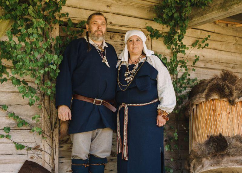 Kristīne un Ivars pie vecās klēts, kur notiek visi svarīgie pasākumi.