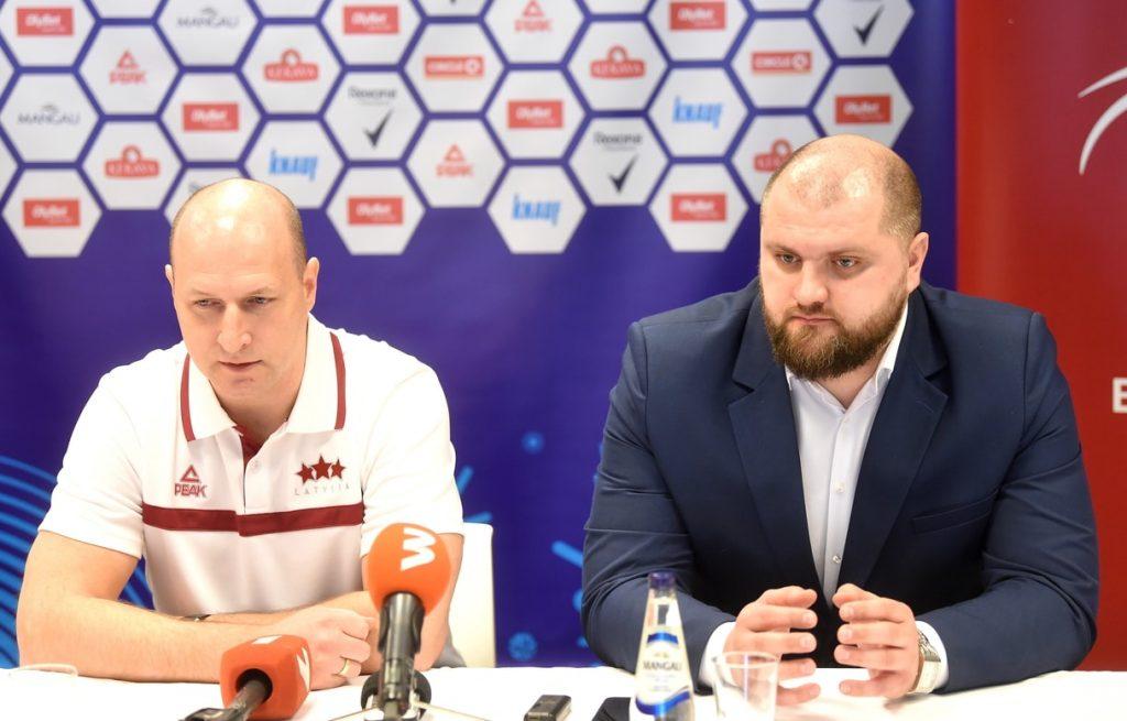 Latvijas izlases galvenais treneris Roberts Štelmahers (pa kreisi) un nu jau bijušais ģenerālmenedžeris Artūrs Štālbergs.