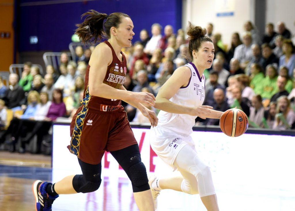 Kadrs no Rīgas un Venēcijas komandu pirmās spēles Latvijas galvaspilsētā.