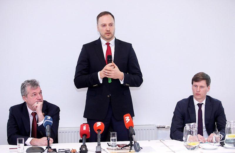 """Par partijas """"KPV LV"""" priekšsēdētāju sestdien ievēlēja Ati Zakatistovu (no kreisās), kuram ir vislielākā politiskā pieredze. Taču viņš uzskata, ka partijas vadībā ir jābūt nevis vienam līderim, bet komandai. Tajā būs arī iekšlietu ministrs Sandis Ģirģens un ekonomikas ministrs Ralfs Nemiro."""
