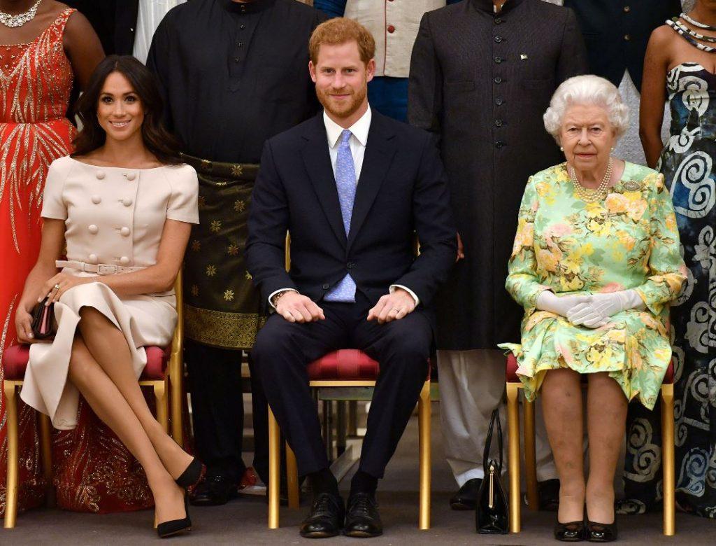 No kreisās: Megana Mārkla, princis Harijs un Lielbritānijas karaliene Elizabete II.