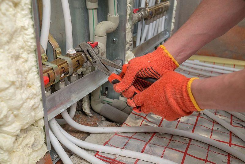 Ar ūdeni apsildāmu vannasistabas grīdu daudzdzīvokļu namu dzīvokļos nedrīkst nesankcionēti pieslēgt apkurei – jābūt saskaņotam projektam.