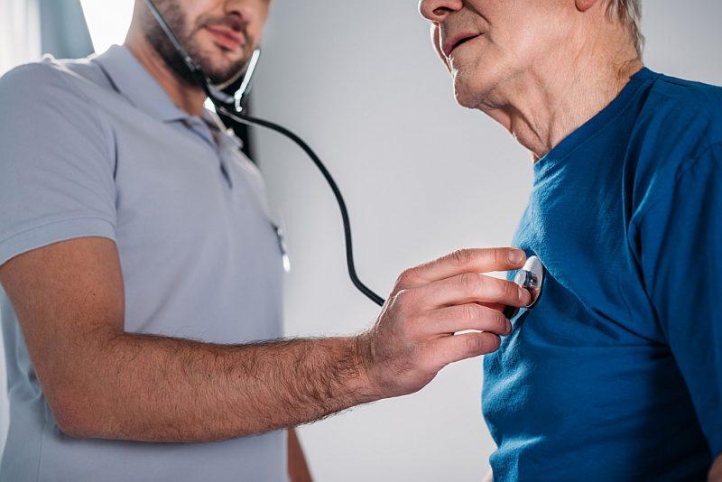 Ar parasto stetoskopu sirds toņi ir dzirdami, bet pieklusināti.