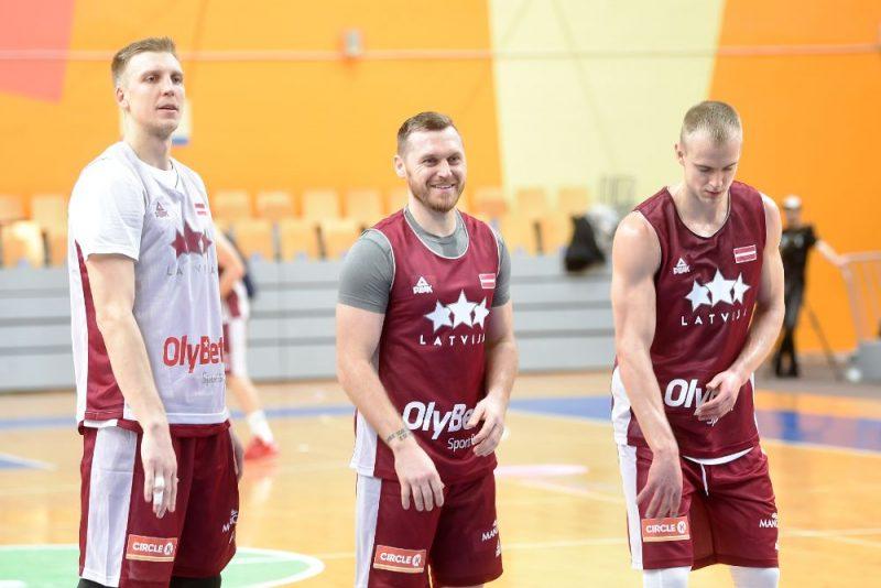 Mareks Mejeris (no kreisās), Rinalds Sirsniņš un Kristaps Dārgais Latvijas izlases treniņā.