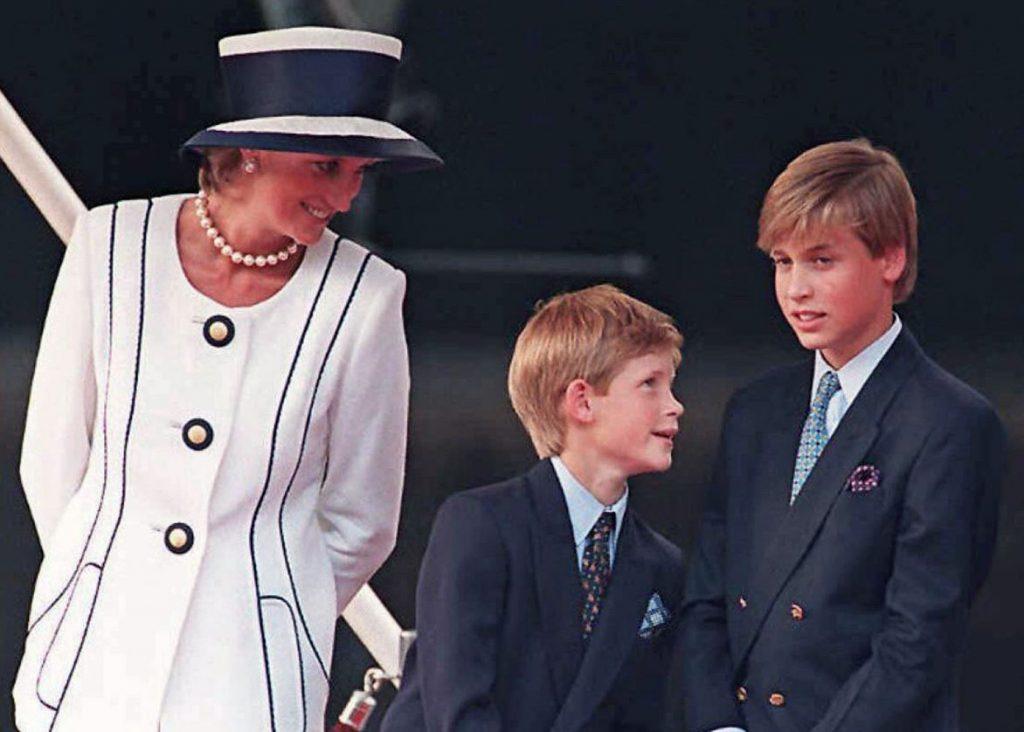 Princese Diāna ar dēliem (no kreisās) – princi Hariju un princi Viljamu 1995.gadā.