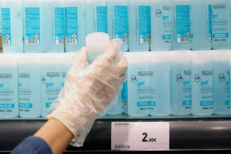 Dezinfekcijas līdzekļi veikalā Spānijā koronavīrusa pandēmijas laikā.