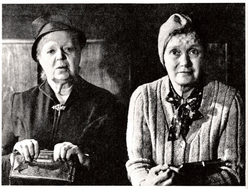 """Lidija Freimane ar Lilitu Bērziņu komiskajā īsfilmā """"Tās dullās Paulīnes dēļ""""."""