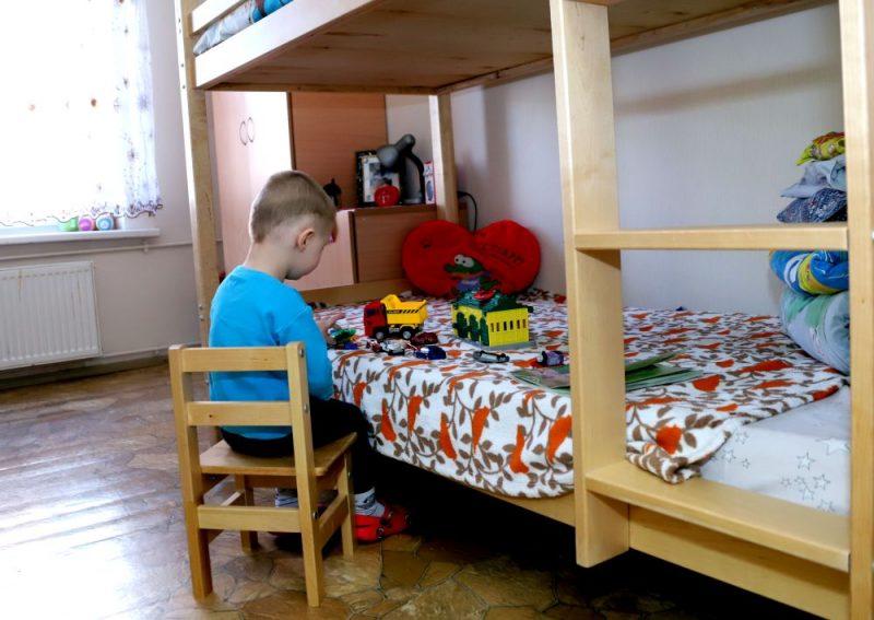 Bērnu divstāvu gulta sieviešu cietumā