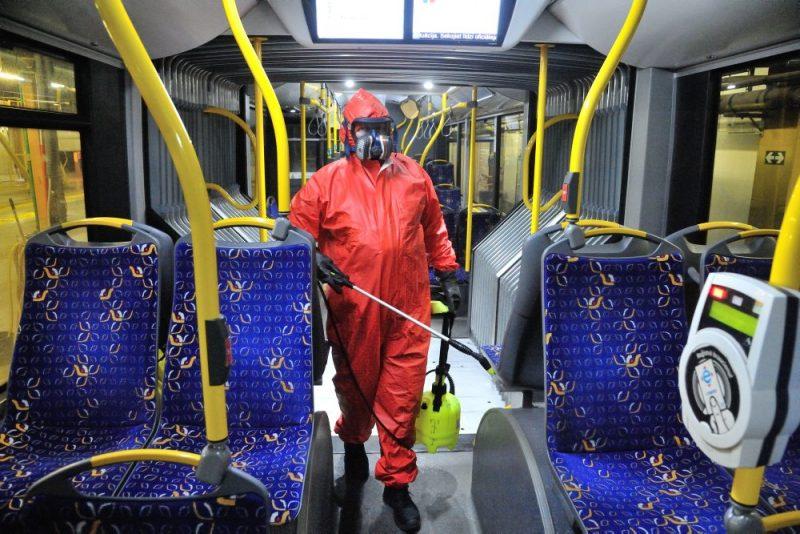 """""""Rīgas satiksme"""" demonstrē, kā notiek dezinfekcija sabiedriskajā transportā, lai pasargātu iedzīvotājus laikā, kad strauji izplatās Covid-19."""