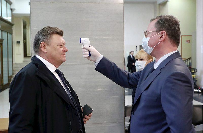 """Pie ieejas Krievijas Valsts domē ieviesta temperatūras pārbaude. Kremļa runasvīrs Dmitrijs Peskovs medijiem norādījis, ka Kremļa administrācijas darbiniekiem """"Covid-19"""" testus veic regulāri."""