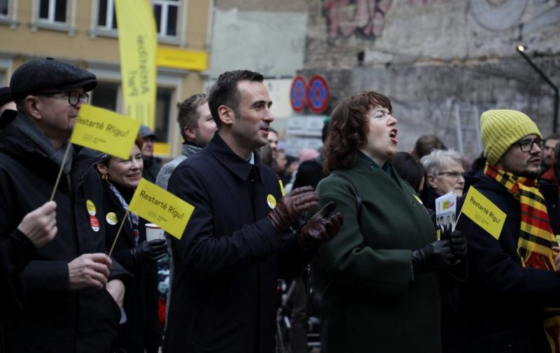 """Politiskās apvienības """"Attīstībai/Par!"""" un partijas """"Progresīvie"""" Rīgas domes vēlēšanu apvienības pārstāvji iepazīstina ar kopīgā saraksta kandidātiem."""