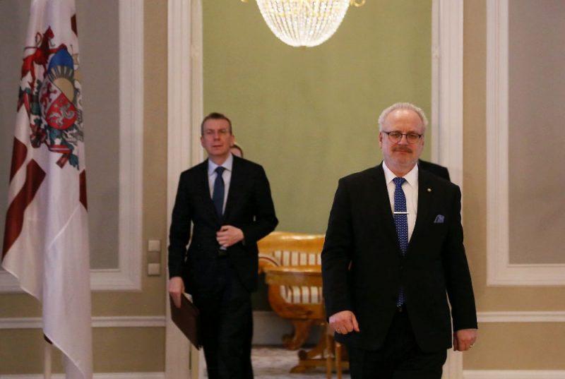 Valsts prezidents Egils Levits (no labās) un ārlietu ministrs Edgars Rinkēvičs tikšanās laikā Rīgas pilī.