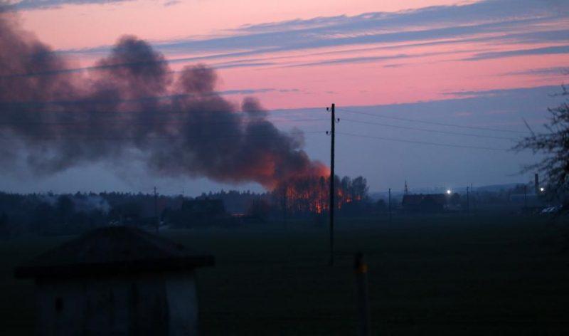 Vērienīgais atkritumu ugunsgrēks Tukumā likvidēts tikai svētdienas vakarā