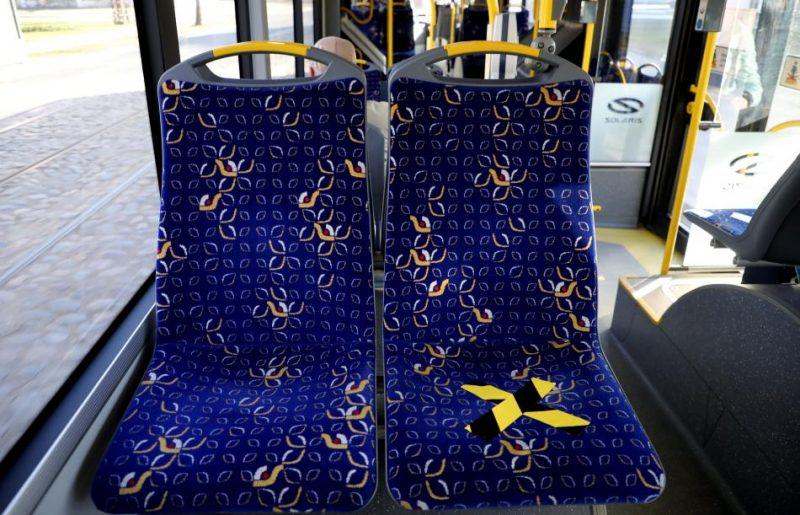 """SIA """"Rīgas satiksme"""" sabiedriskajā transportā ar līmlentām atzīmētas sēdvietas, kuras pasažieriem nav vēlams izmantot, ievērojot distanci, lai mazinātu """"Covid 19"""" vīrusa izplatību"""
