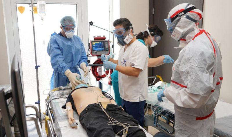 RAKUS mediķi mācībās izspēlē palīdzības sniegšanu ar Covid-19 inficētam pacientam