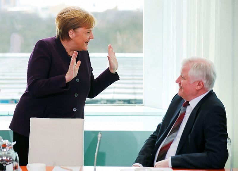 Tā Angela Merkele 2. martā sasveicinājās ar Horstu Zēhoferu.