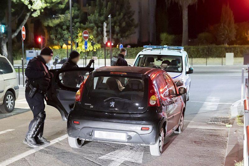 Francijas nacionālā policija vakara reidā trešdien Nicā pārbaudīja pilnīgu visu privāto transportlīdzekļu pārvietošanās nepieciešamību.