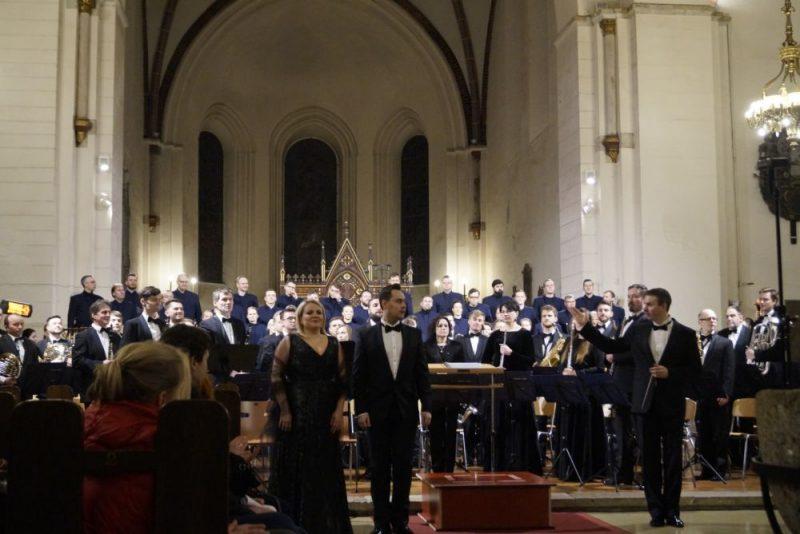 """Orķestris """"Rīga"""", solisti Jūlija Vasiļjeva un Mihails Čuļpajevs un diriģents Valdis Butāns."""