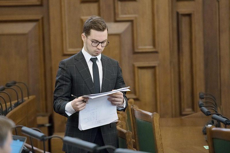 Saeimas Administratīvi teritoriālās reformas komisijas priekšsēdētājs Artūrs Toms Plešs plenārsēdē seko līdzi reformas likumprojekta izskatīšanas gaitai. Saeima līdz šim izskatījusi 81 no likumprojektam otrajā lasījumā iesniegtajiem 316 priekšlikumiem. Ar pašvaldību reformu saistītos likumprojektus parlaments skatīja ceturtdien, piektdien, vakar, kā rīt turpinās šodien.