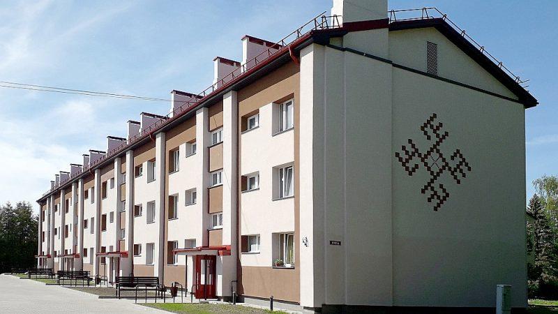 """Daudzdzīvokļu māja """"Pūre 22"""" – vienīgā energoefektīvi atjaunotā māja Tukuma novadā."""