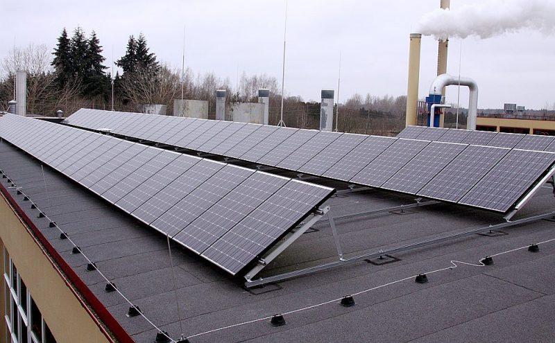 """No viena uzstādītā saules paneļu kvadrātmetra var iegūt līdz pat 180 kWh elektroenerģijas gadā. Attēlā: """"Salaspils siltuma"""" saules paneļi."""