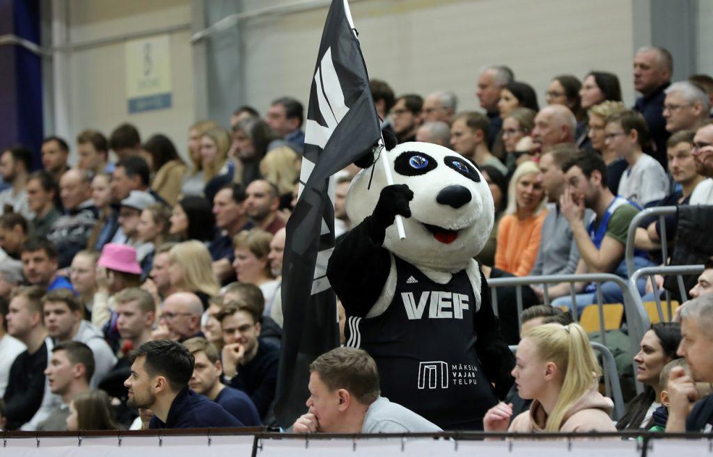 """Basketbola sezona Latvija noslēgusies bez skatītāju pilnam zālēm un fināliem. Par valsts čempioniem pasludinātas """"VEF Rīga"""" un """"TTT Rīga"""" komandas."""