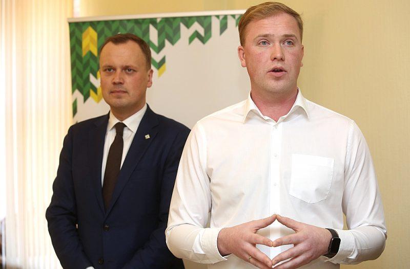 """Zaļo un zemnieku savienības līderis Edgars Tavars (no kreisās) nav ievēlēts Saeimā un varētu daudz vairāk laika veltīt Rīgas domes vēlēšanu kampaņai, taču uzskata, ka Viktoram Valainim ir lielākas izredzes ievest ZZS Rīgas domē. """"Partija no manis sagaida rezultātu, un es par to būšu atbildīgs neatkarīgi no tā, esmu vai neesmu sarakstā,"""" sacīja E. Tavars."""