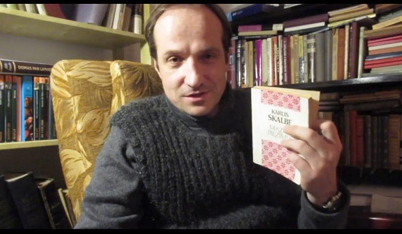 """Jaunā Rīgas teātra aktieris Kaspars Znotiņš (attēlā) lasa K. Skalbes """"Mazās piezīmes"""" – jauns lasījums ik dienu no plkst. 10.00 (http://www.vimeo.com/jaunaisrigasteatris). Turpat pieejams: Gundars Āboliņš lasa Dž. Bokačo """"Dekameronu"""" – ik dienu no plkst. 15; Vilis Daudziņš lasa latviešu tautas pasakas – ik dienu no plkst. 20."""