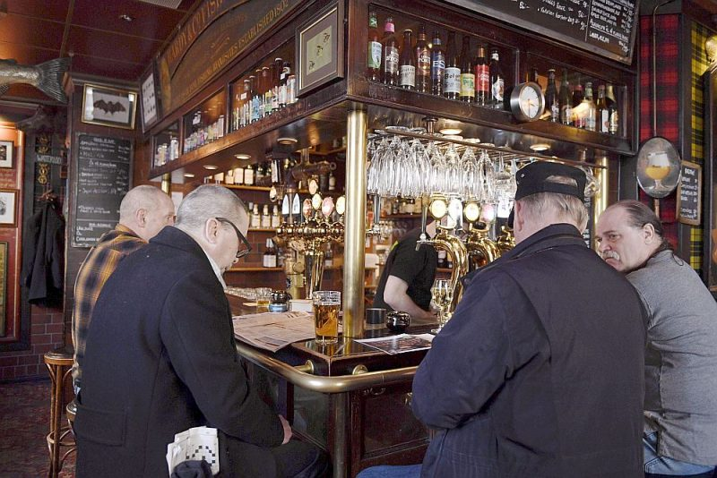 Par spīti tam, ka Covid-19 upuru skaits Zviedrijā jau sasniedzis 41, restorāni un bāri Stokholmā turpina darboties. Vecākiem par 70 gadiem varasiestādes gan neiesaka pamest mājas.