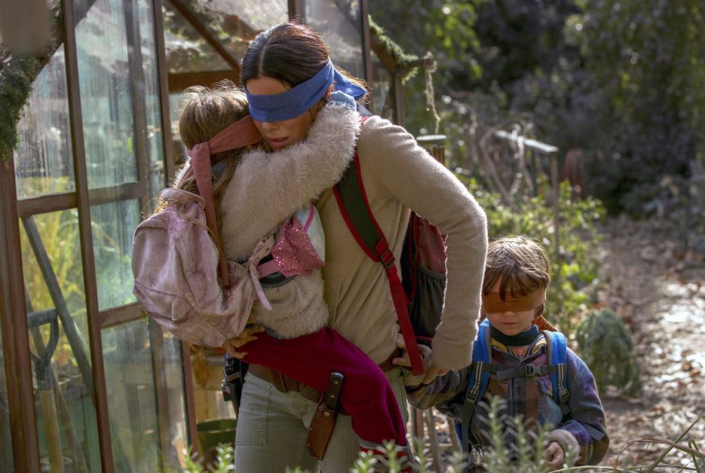 "Kadra no filmas ""Bird Box"" ."