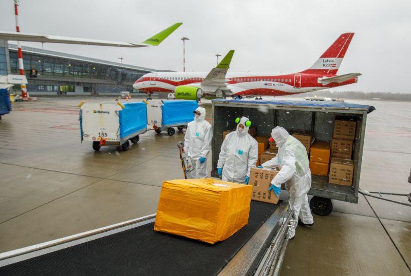 Ar īpašo reisu Rīgā nogādātas sejas maskas un respiratori.