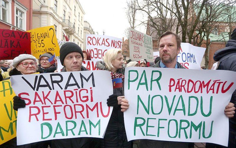 Protesta akcijas dalībnieks pie Saeimas ēkas šā gada 5. martā.