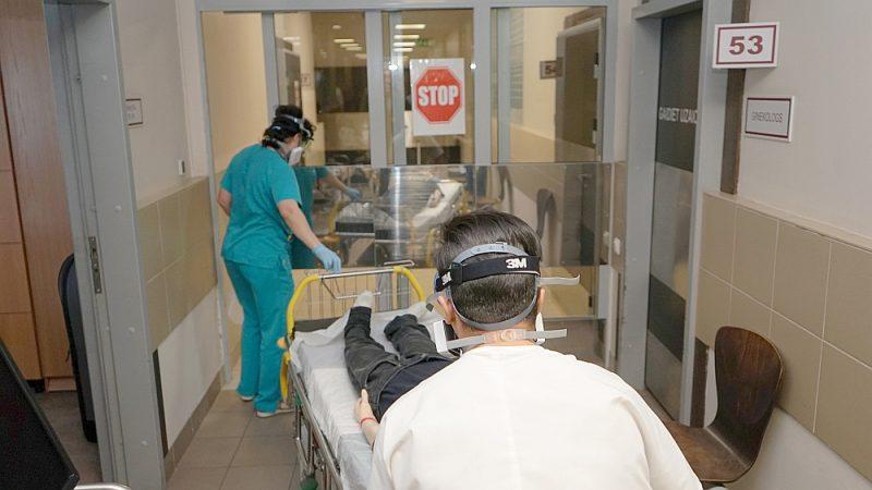 Slimnīcu vadība apzinas, ka tas būs liels risks, ja saslims kāds mediķis. Attēla: mācības Rīgas Austrumu klīniskās universitātes slimnīcas Neatliekamās palīdzības uzņemšanas klīnikā, pārbaudot mediķu iemaņas, uzņemot pacientu ar aizdomām par vīrusinfekciju.