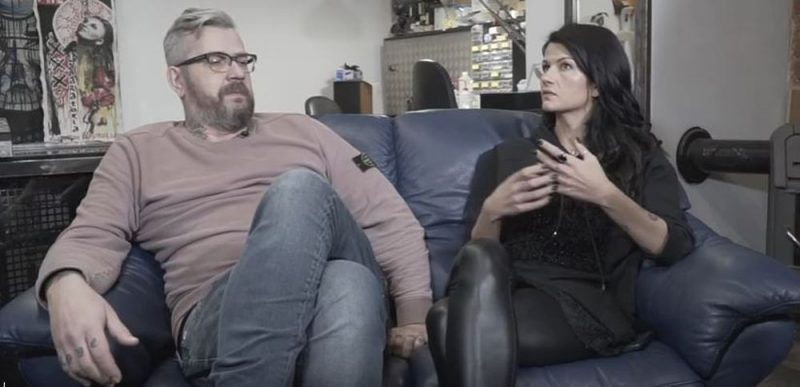 Tetovēšanas mākslinieks Agris Krūmkalns un šova vadītāja Kristīne Belicka.