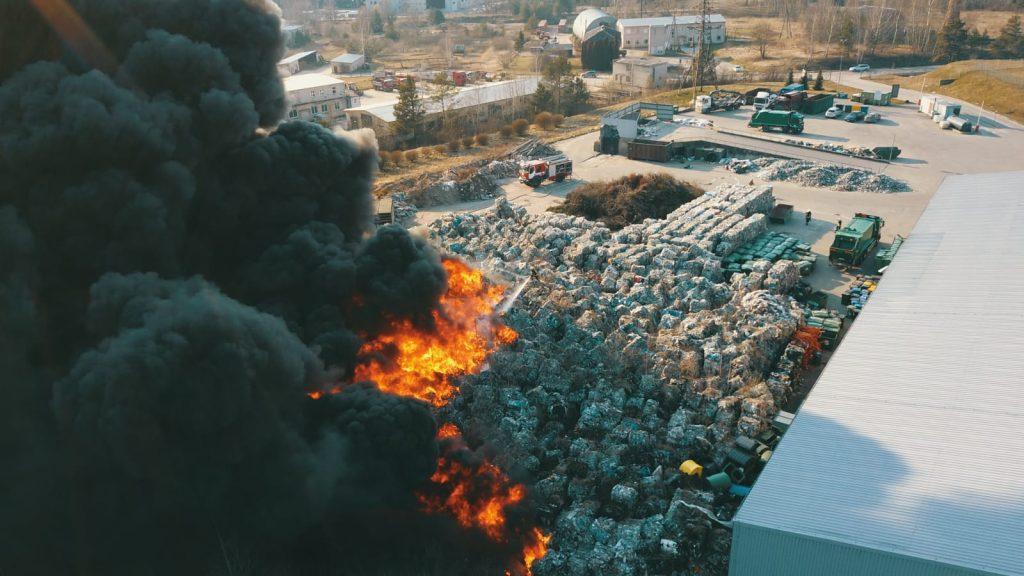 Sestdien vakarā ar atklātu liesmu deg atkritumu noliktava.