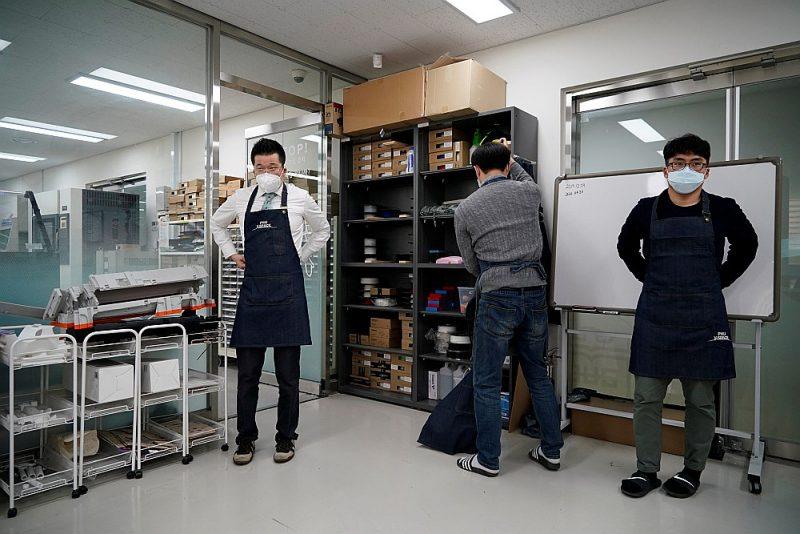 Dienvidkorejas cīņu pret Covid-19 var uzskatīt par veiksmes stāstu. Arī pētnieciskais darbs Pusanas Nacionālajā universitātē turpinās, kaut lekcijas studentiem tiek lasītas attālināti.