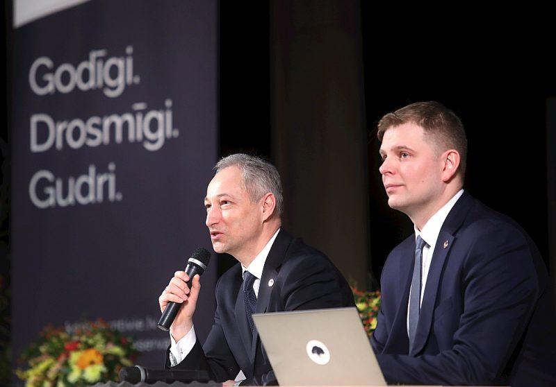 Citu partiju politiķu vērojumi liecinot, ka attiecībās ar citām partijām politisko konkurenci cenšoties uzturēt JKP politiķi Jānis Bordāns (no kreisās) un Krišjānis Feldmans.